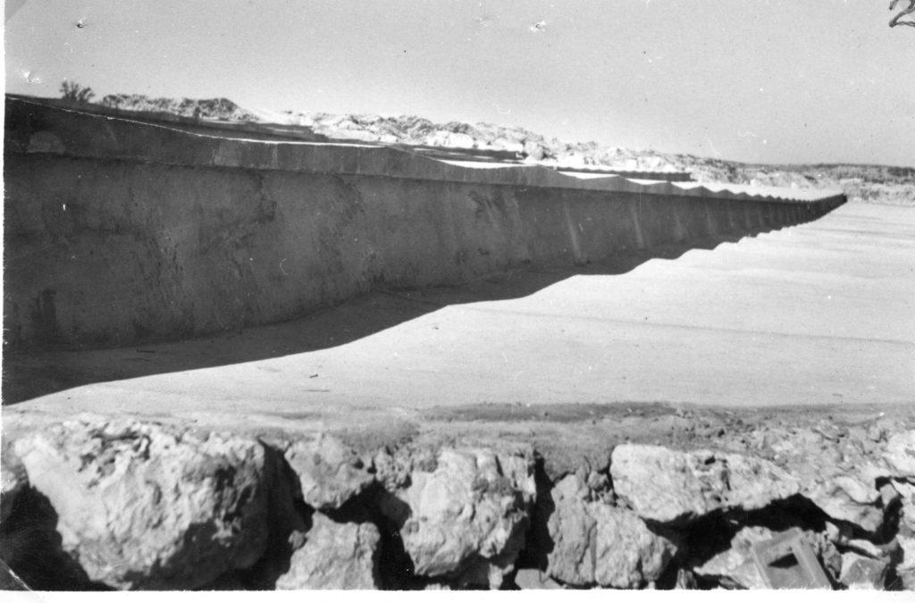 """אחת ממדרגות משטח הבטון בהר אגר, כפי שצולמה ב8.12.1940 - - מקור: מע""""צ - ממשלת ארץ ישראל / גנזך ארכיון המדינה"""