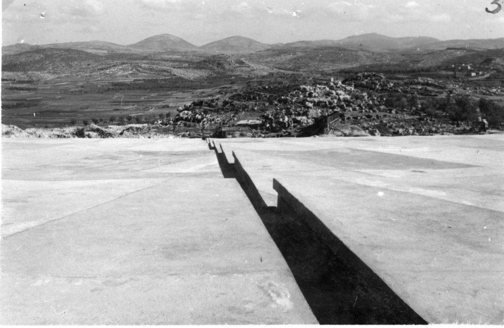 """מדרגות משטח הבטון בהר אגר, כפי שצולמה ב8.12.1940 - - מקור: מע""""צ - ממשלת ארץ ישראל / גנזך ארכיון המדינה"""