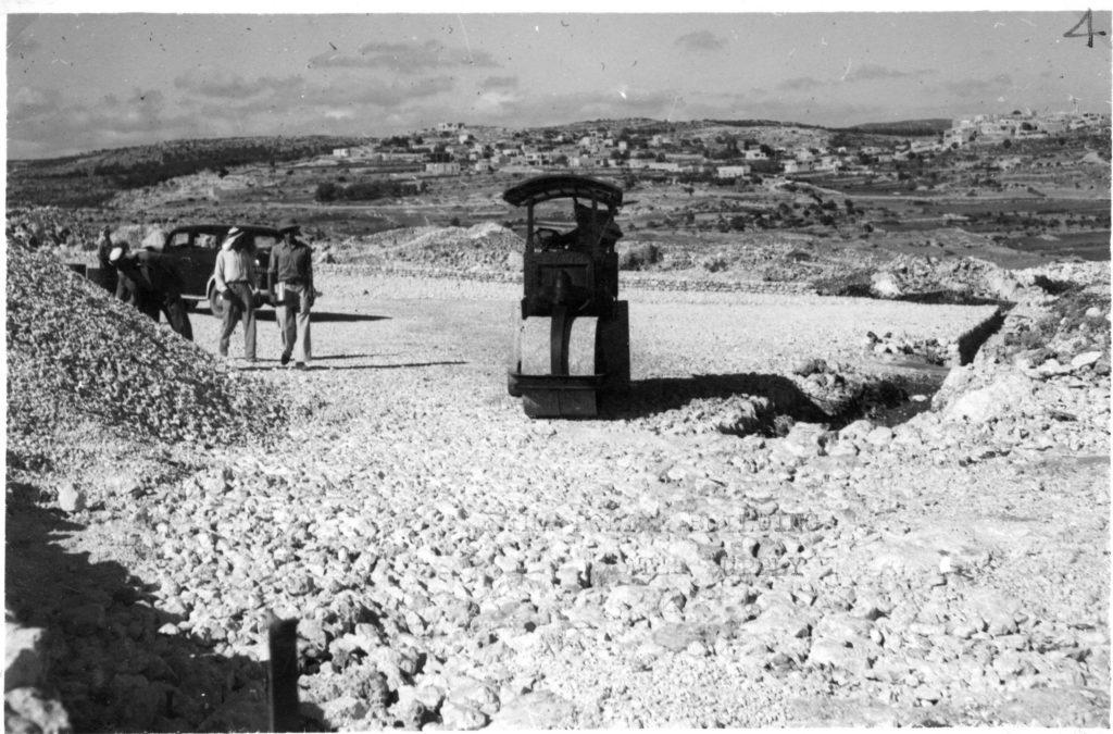 """יצירת רובד אבני החצץ כבסיס למשטחי הבטון בהר אגר - מקור: מע""""צ - ממשלת ארץ ישראל / גנזך ארכיון המדינה"""