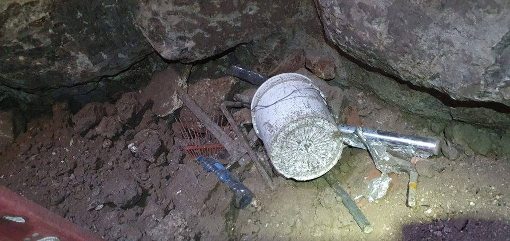 הכלים ששימשו את שודדי העתיקות בחרבת ג'חוש - צילום: איתן קליין