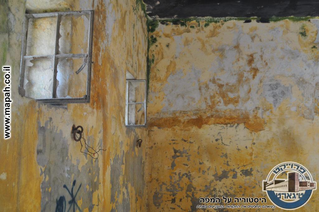 חלונות לכיוון החצר הפנימית באורווה הראשונה באבו גוש - צילום: מורן יונה אליאן
