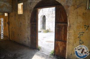 דלת הכניסה של האורווה הראשונה אבו גוש - צילום: מורן יונה אליאן