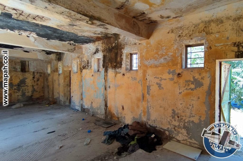 על הקיר נראים סימני המחיצות של תאי הסוסים - משטרת אבו גוש - צילום: אפי אליאן