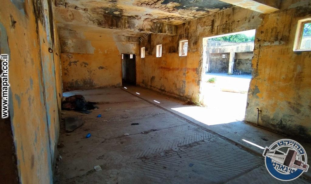 דלת האורווה המנדטורית במשטרת קרית אל עינב - צילום: אפי אליאן
