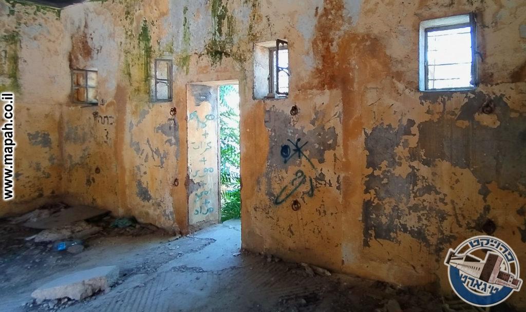 אחת מהדלתות שנפתחו לאחר קום המדינה - אורווה ראשונה משטרת אבו גוש - צילום:  אפי אליאן