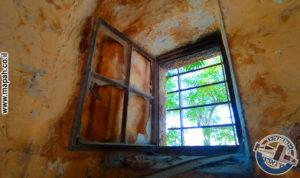 חלון מקורי לקיר החיצוני של האורווה הראשונה עם סורג אותנטי - צילום: אפי אליאן