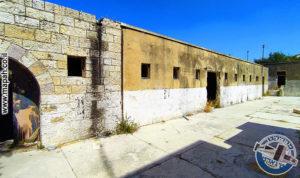 החיבור בין האורווה הראשונה לאורווה הנוספת במשטרת אבו גוש - צילום: אפי אליאן