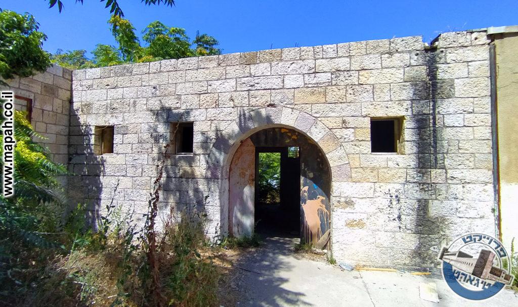 מבנה האורווה הראשון של משטרת אבו גוש - צילום: אפי אליאן