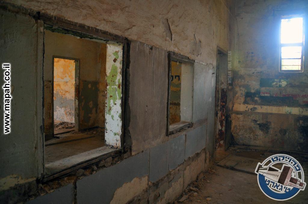 המעבר בין חדר האוכל למטבח וחלונות ההגשה - משטרת אבו גוש - צילום: מורן יונה אליאן