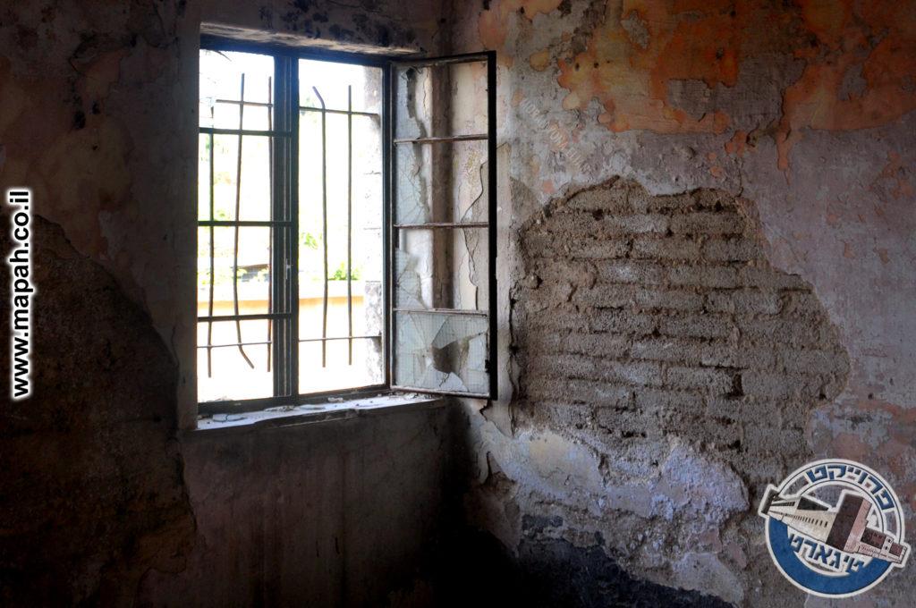 חלון מנופץ בבלוק המערבי משטרת אבו גוש - צילום: מורן יונה אליאן