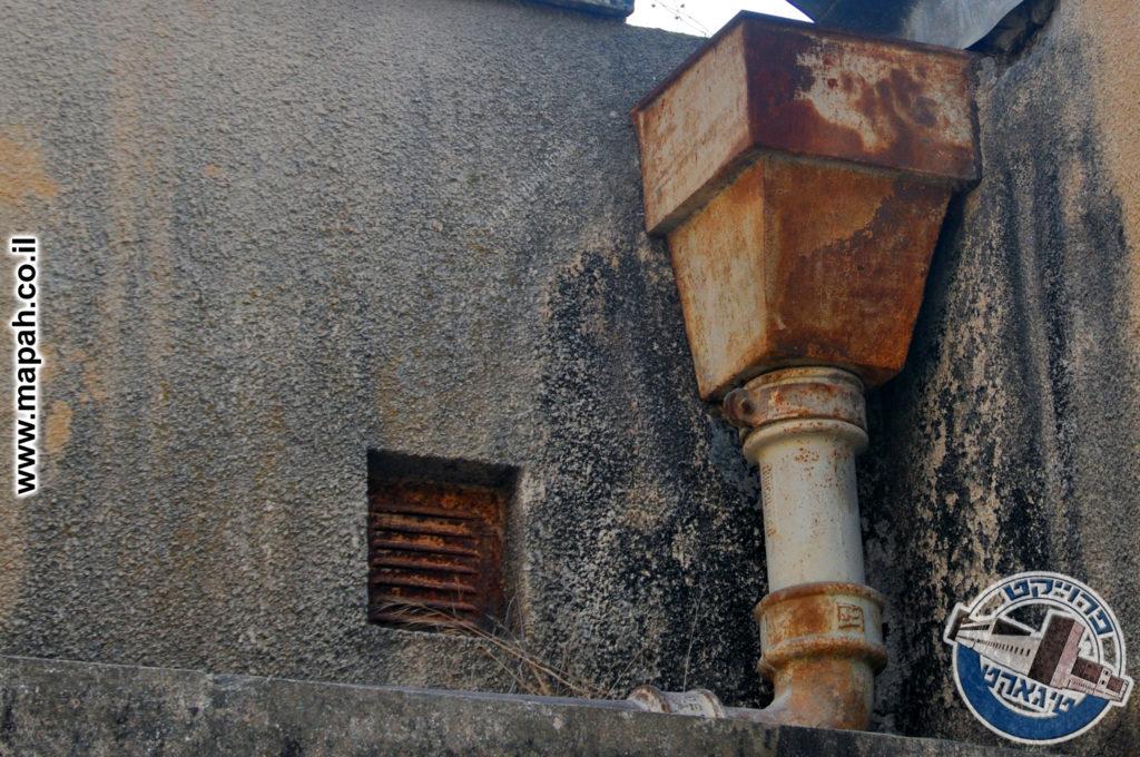 מרזב לניקוז מים במשטרת אבו גוש - צילום: מורן יונה אליאן