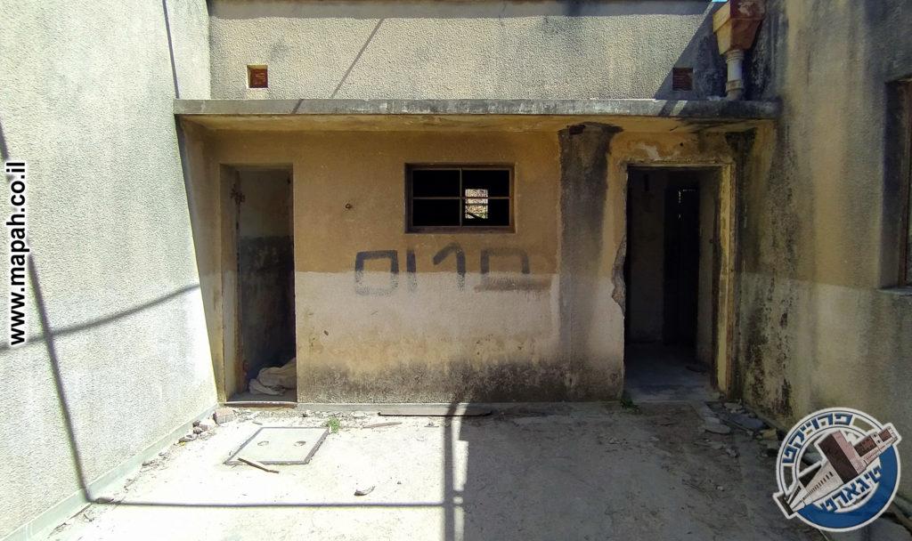 חצר מגורים פנימית של דירת מגורים למשפחת השוטר - משטרת אבו גוש - צילום - גלב גלזקוב