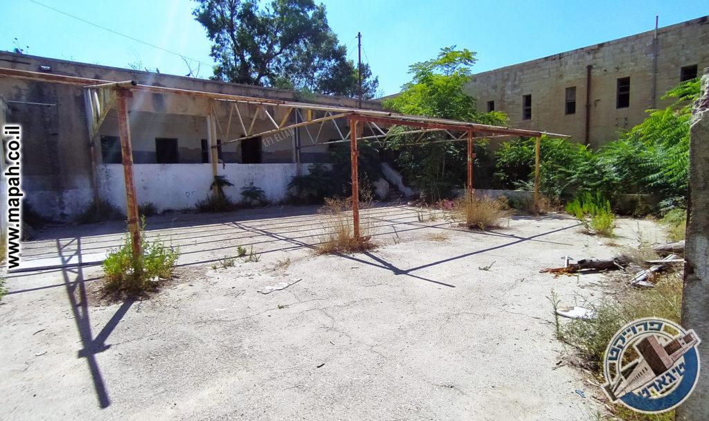 החצר הפנימית מערבית של משטרת אבו גוש - צילום: אפי אליאן