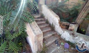 גרם מדרגות בין בלוק מערבי לחצר המערבית משטרת אבו גוש - צילום: אפי אליאן