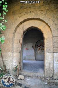 דלת הכניסה הראשית לבניין הסראייה - משטרת אבו גוש - צילום: מורן יונה אליאן