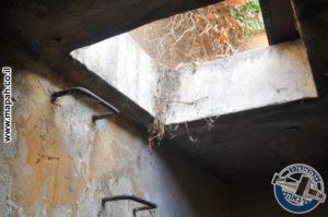 סולם פלדה בקיר המגדל המוביל לראש המגדל והמרפסת בקומה השניה - צילום: מורן יונה אליאן