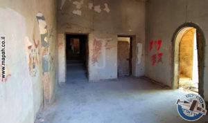 לובי הכניסה ועמדת היומנאי, חדר המפקח מימין , הפרוזדור ליתר הבלוק משמאל - צילום: אפי אליאן