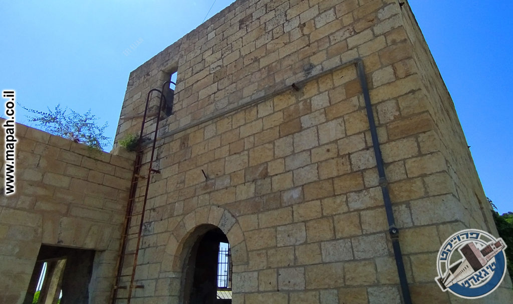 בניין הסראייה בצידו הפנימי של המצודה והסולם החיצוני העולה לגג - צילום,: אפי אליאן