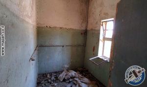 חדר האמבטיה בקומה השניה של הבלוק הראשי של משטרת אבו גוש - צילום: אפי אליאן