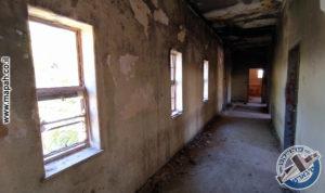 מסדרון הקומה העלונה בבלוק הראשי, לאורכו שלושה חדרים וחלונות לחצר הפנימית - משטרת אבו גוש - צילום: אפי אליאן