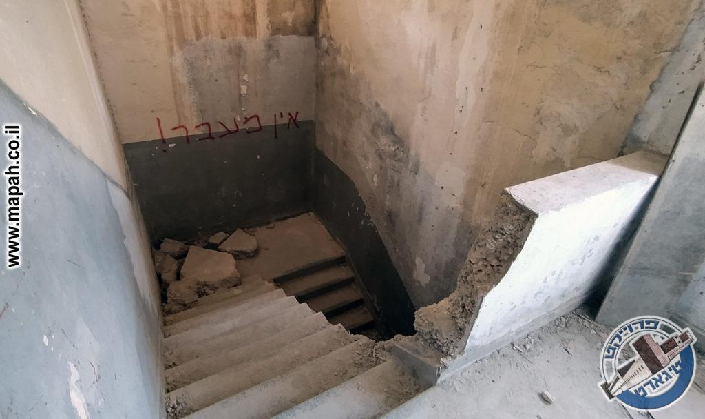 מדרגות הבלוק הצפוני שנופצו בידי משחית - צילום: - צילום: אפי אליאן