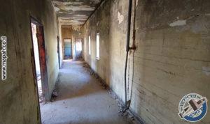 מסדרון הקומה השניה ובקצהו, שירותים, מקלחות ומעבר למגורי השוטרים בבלוק הראשי - משטרת אבו גוש - צילום: אפי אליאן