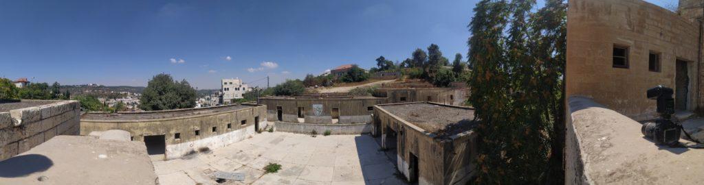 החצר הפנימית משטרת קרית אל עינב - אבו גוש - צילום: אפי אליאן