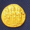 מטבע הזהב.שנחשף בחפירה. צילום אמיר גורזלזני