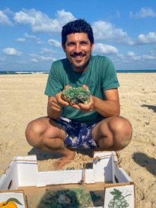 יותם דהאן עם גוש המטבעות העתיקים מחוף הבונים