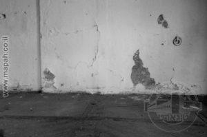 האם החייל שהיה כלוא בתא זה, העלה בדעתו שהוא יושב על רצפה מחורצת שמנעה החלקה של הסוסים ואילו הטבעת שעל הקיר, נועדה לריסון הסוס לקיר העמדה בו טופל, אכל וגר?
