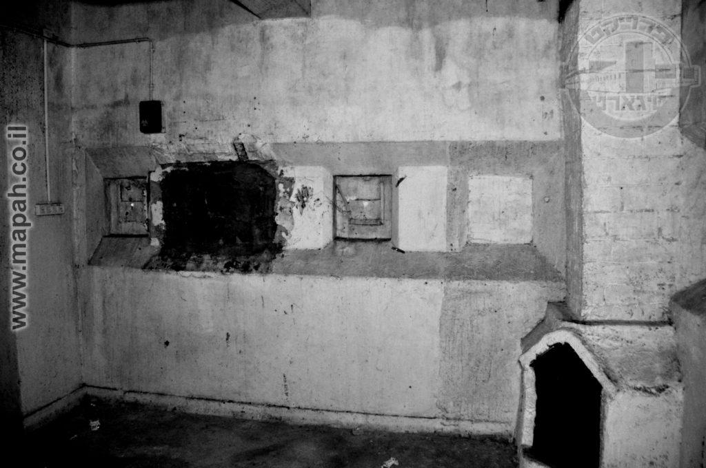 """מעבר לחרכי הירי שרותכו, אדם אחד השמיש את הארובה אשר עוברת מהמרתף התחתון (חדר המשרפה) ועד לגג המגדל. הנ""""ל יצר אח לחימום."""