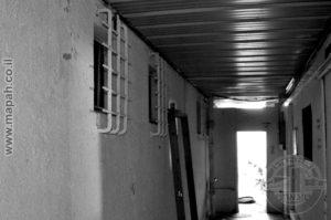 הקיר האחורי של הבניין המרכזי לכיוון החצר. הסורגים במקום עדיין מקוריים ונמצאים על חלונות של תאי מעצר מצידם השני.