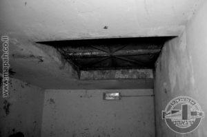 דלת קסמים, בתוך המרתף התת קרקעי של המגדל הראשי, נראה שהדלתות נפתחו כלפי מטה. - צילום: אפי אליאן