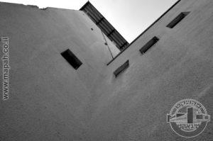 המגדל המרכזי בבלוק הראשי של משטרת עתלית. - צילום אפי אליאן