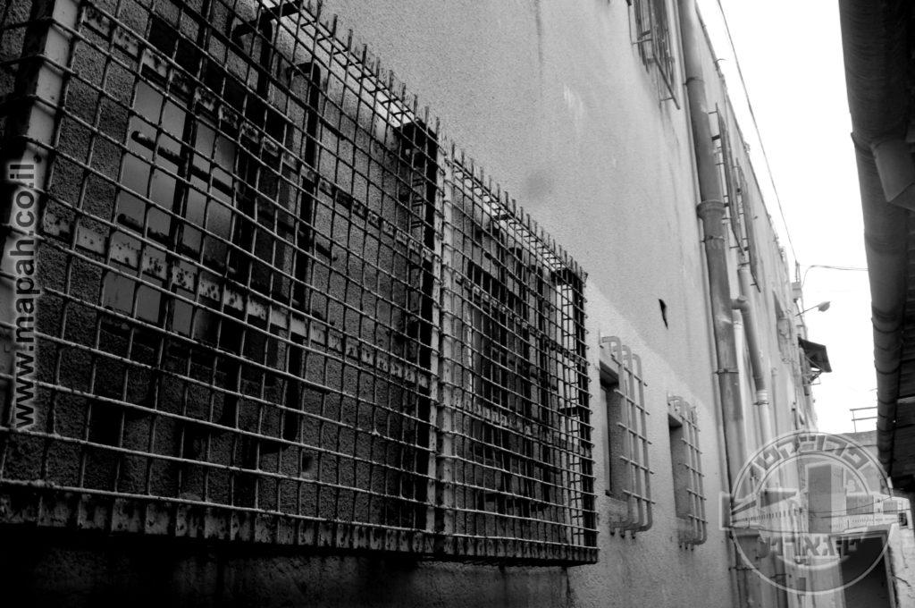 כפולים ומכופלים , סורגים שהותקנו על הסורגים המקוריים של המצודה הבריטית. - צילום: אפי אליאן